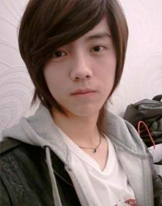 """Trước khi ra mắt, Luhan đã là một hotboy nổi tiếng ở trường với nét đẹp thư sinh cùng kiểu tóc hợp mốt. Sau khi ra mắt cùng EXO và trau chuốt nhan sắc, Luhan trở thành một trong những thành viên được yêu thích nhất nhóm nhờ vẻ đẹp """"mỹ nam"""" hiếm có."""