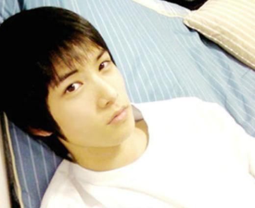 """Vẫn là nét đẹp thư sinh cùng làn da trắng không tỳ vết, Jonghyun (CN Blue) đã """"đánh cặp"""" biết bao trái tim bạn nữ cùng lớp thời trung học."""