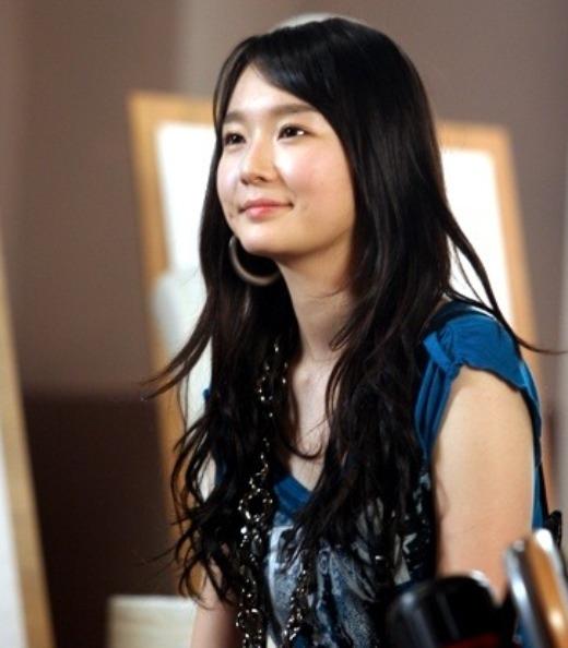 """Kang Min Kyung được nhận xét là một mỹ nữ từ trước khi ra mắt với vẻ đẹp thanh thoát cùng lúm đồng tiền """"chết người"""". Sau này, cô nàng trông cuốn hút hơn với giọng hát đầy nội lực trong những bản ballad của Davichi."""