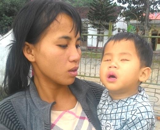 Ở tuổi lên 3, chị Thảo vẫn phải suốt ngày bồng bế Linh Nhi.