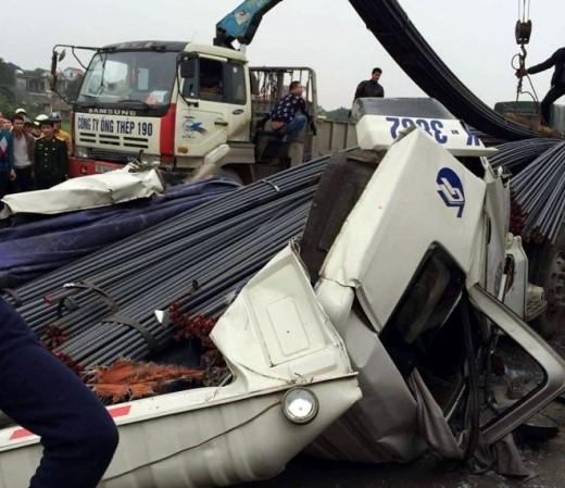Lực lượng chức năng cứu hộ phương tiện gặp nạn. Ảnh: Minh Zin.