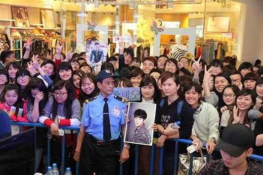 Hàng nghìn fan đứng chật kín trung tâm thương mại với hy vọng được gặp thần tượng Kang Tae Oh.