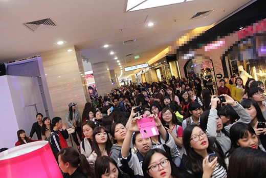Hàng nghìn fan Việt vây kín mỹ nam Hàn Quốc của Tuổi thanh xuân