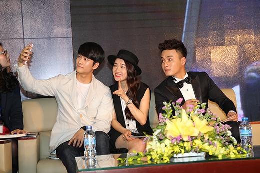 Kang Tae Oh nhí nhảnh chụp hình tự sướng cùng Nhã Phương và Hồng Đăng.