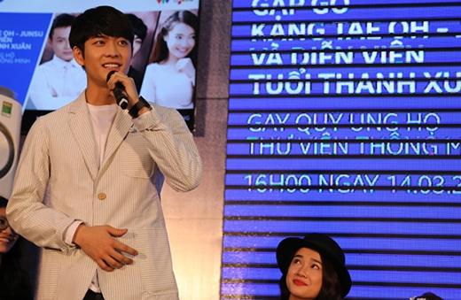 Kang Tae Oh vui vẻ giao lưu với mọi người.