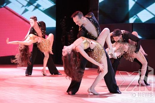 Mở màn nhảy giới thiệu sexy ấn tượng - Tin sao Viet - Tin tuc sao Viet - Scandal sao Viet - Tin tuc cua Sao - Tin cua Sao