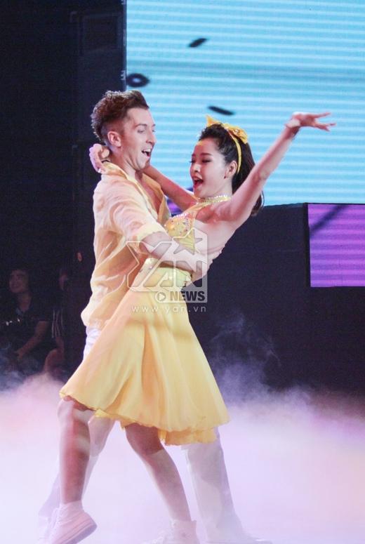Chi Pu bất ngờ trượt ngã trên sân khấu Bước nhảy hoàn vũ - Tin sao Viet - Tin tuc sao Viet - Scandal sao Viet - Tin tuc cua Sao - Tin cua Sao