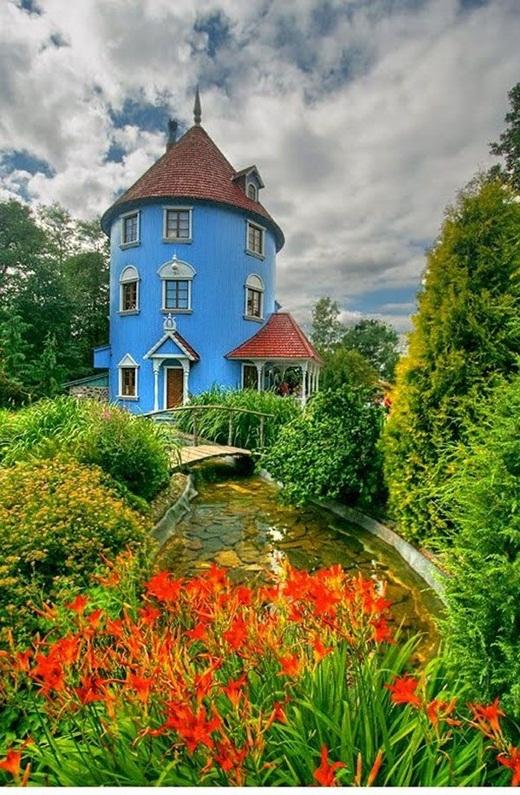 Ngôi nhà màu xanh nổi bật với vườn hoa đầy sắc màu ở Phần Lan.