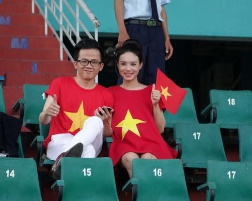 Hai vợ chồng Út Phước, Diễm Mi đến sân rất sớm để ủng hộ đội tuyển U.23 Việt Nam – Ảnh: Độc Lập