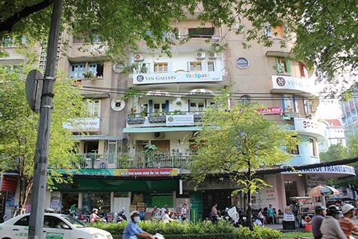 Một chung cư cũ tọa lạc tại đường Pasteur, quận 1, có đến 5 quán cà phê lúc nào cũng đông khách.