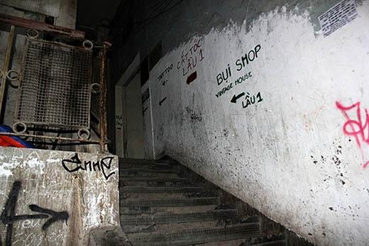 """Ở trong những tòa nhà này, cầu thang dẫn lên quán cà phê thường khá tối và nhiều khi hơi """"rùng rợn"""". Tuy nhiên, đó cũng chính là điều đặc biệt tạo nên sức hấp dẫn của những quán cà phê này."""
