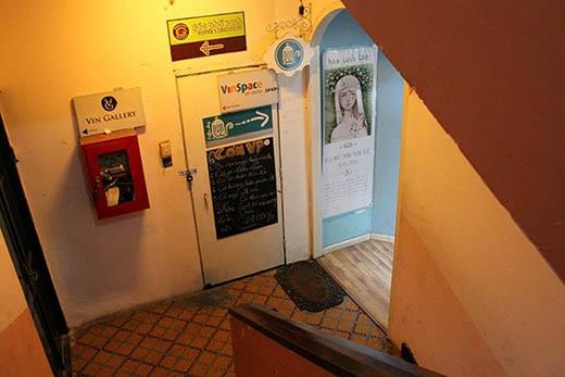 Có rất nhiều biển quảng cáo cũng như bảng hướng dẫn dành cho khách hàng muốn ghé thăm tiệm cà phê chung cư.