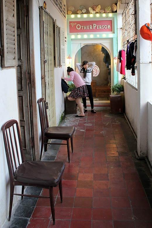 Đâu là con đường lên một quán cà phê nổi tiếng ở Sài thành. Bạn có thể thấy nhiều đồ nội thất cũng như quần áo của những người dân còn sống trong khu chung cư này có mặt ở khắp nơi.
