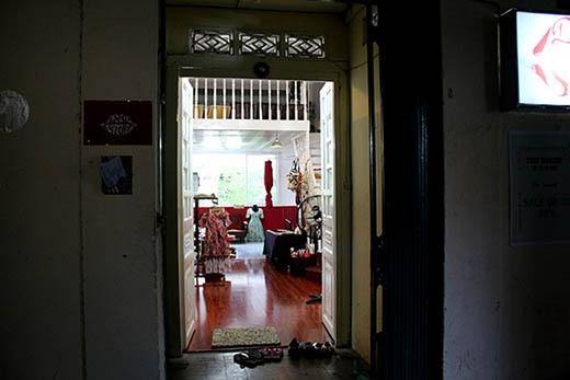Ngoài tiệm cà phê, một số căn hộ ở nhiều chung cư cũ cũng được dùng để mở shop thời trang.