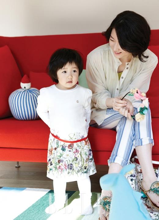 Seung Bin ngại ngùng trước ống kính khi chụp hình tạp chí cùng mẹ