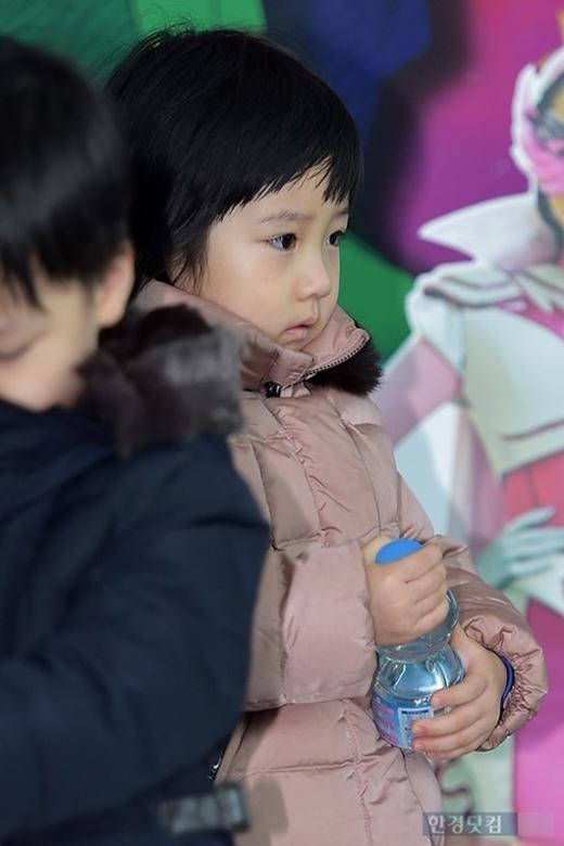 Seung Bin đi dự sự kiện cùng mẹ và anh trai vào lễ giáng sinh năm 2014