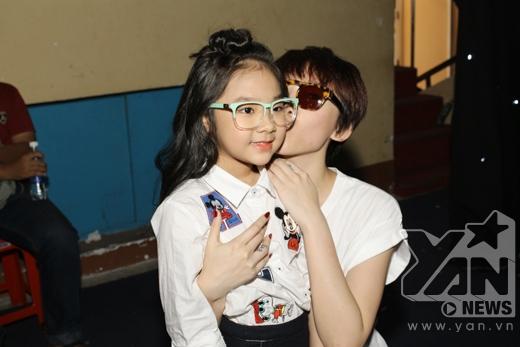 Tóc Tiênliền tặng ngay cho bé một nụ hôn lên má. - Tin sao Viet - Tin tuc sao Viet - Scandal sao Viet - Tin tuc cua Sao - Tin cua Sao