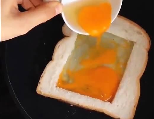 Chiên trứng bên trong lòng bánh sanwich.