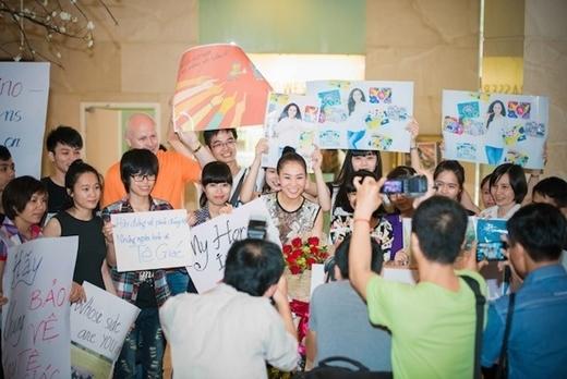 Hình ảnh Thu Minh bị người hâm mộ vây kín không còn lạ lẫm với công chúng. - Tin sao Viet - Tin tuc sao Viet - Scandal sao Viet - Tin tuc cua Sao - Tin cua Sao