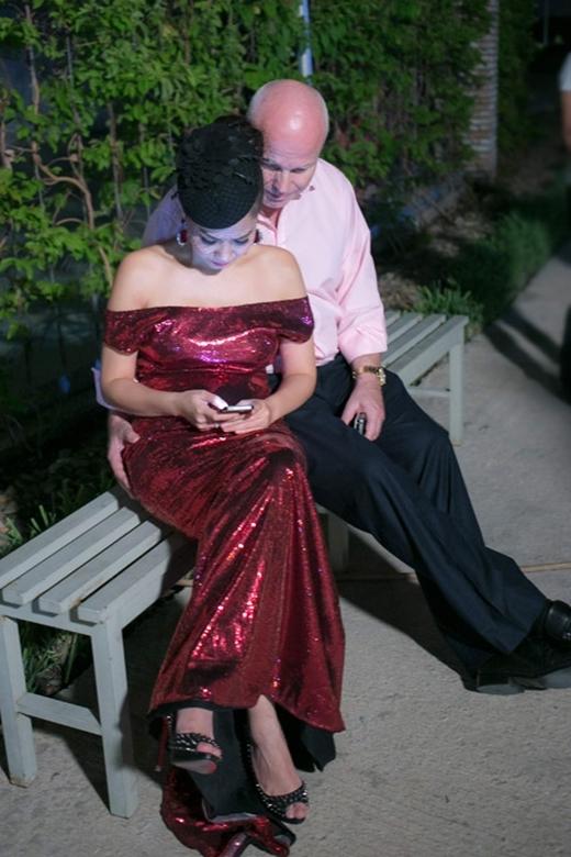Hai vợ chồng nữ ca sĩ không ngại thể hiện tình cảm chốn đông người. - Tin sao Viet - Tin tuc sao Viet - Scandal sao Viet - Tin tuc cua Sao - Tin cua Sao
