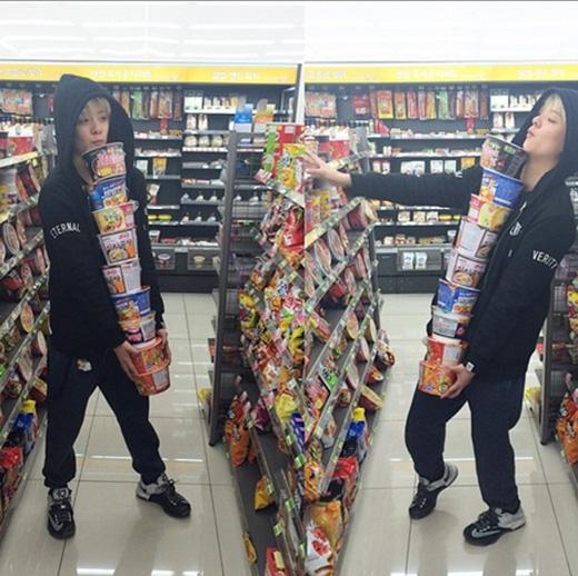 Amber thích thú mua thật nhiều mì gói trong siêu thị và chất đống như núi