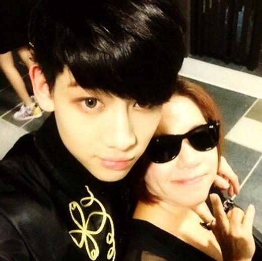 Nhân dịp đến Thái Lan tổ chức fan meeting, Bam Bam đã được về lại quê hương và đoàn tụ cùng mẹ.