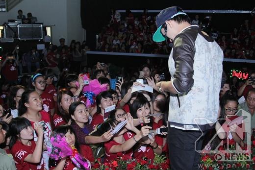 Xen lẫn với những phần trình diễn cũng như giao lưu, Hoài Lâm cũng dành thời gian để ký tặng cho các fans. - Tin sao Viet - Tin tuc sao Viet - Scandal sao Viet - Tin tuc cua Sao - Tin cua Sao