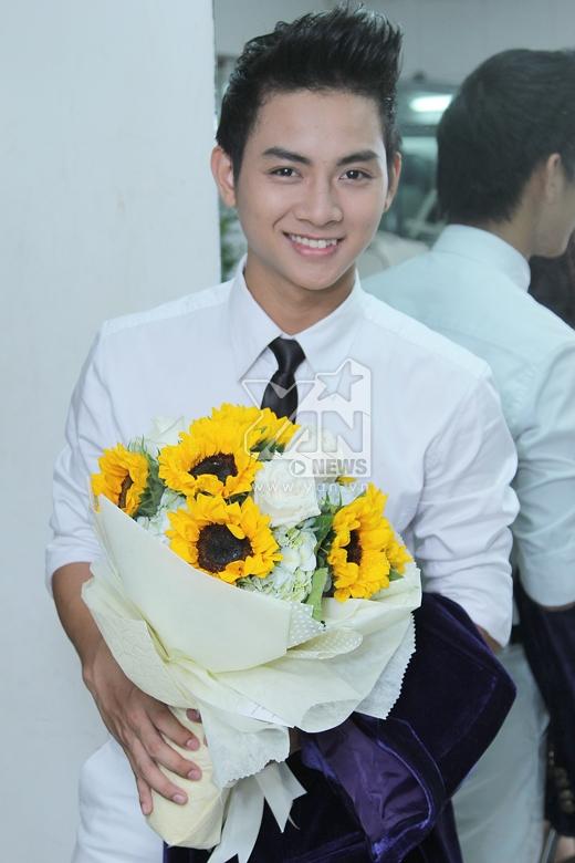 Hoài Lâm hạnh phúc nhận hoa từ phía người hâm mộ/ - Tin sao Viet - Tin tuc sao Viet - Scandal sao Viet - Tin tuc cua Sao - Tin cua Sao
