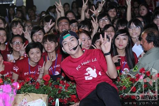 Hoài Lâm hạnh phúc chụp ảnh cùng các fans thân yêu - Tin sao Viet - Tin tuc sao Viet - Scandal sao Viet - Tin tuc cua Sao - Tin cua Sao