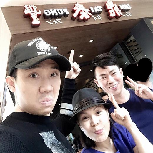 Dù chờ đợi khá lâu nhưng Trấn Thành, Việt Hương và Hoài Tâm vẫn vui vẻ với quán ăn điểm tâm ngon nổi tiếng. Anh chàng còn ngẫu hứng chế lại một câu thành ngữ ngày xưa thành: Muốn ăn là phải đăng vào sổ chờ.
