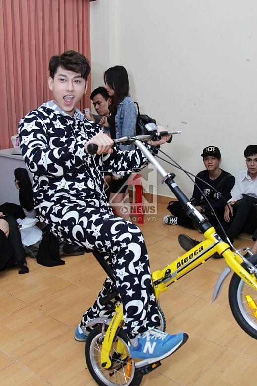 Tạo dáng cùng chiếc xe đạp thể thao - Tin sao Viet - Tin tuc sao Viet - Scandal sao Viet - Tin tuc cua Sao - Tin cua Sao