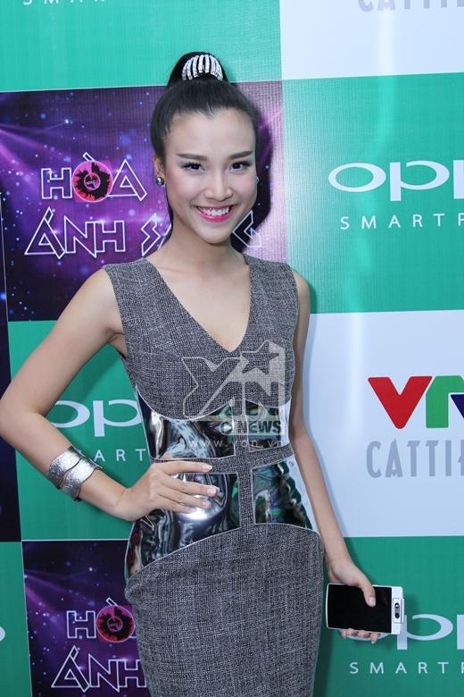 Hoàng Oanh cá tính diện váy cooktail pha chi tiết ánh kim lấp lánh - Tin sao Viet - Tin tuc sao Viet - Scandal sao Viet - Tin tuc cua Sao - Tin cua Sao