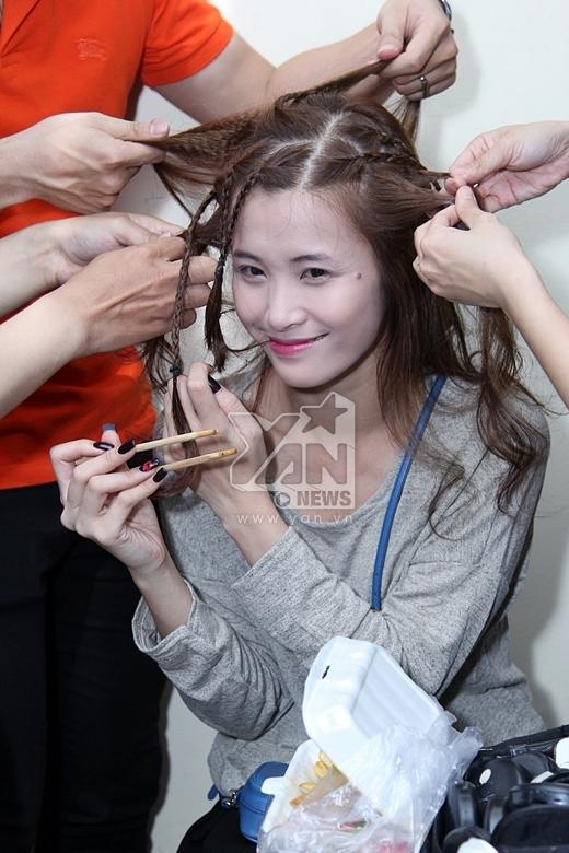 Nhân lúc ekip đang make up và làm tóc, Đông Nhi tranh thủ kiếm đồ ăn để lót dạ - Tin sao Viet - Tin tuc sao Viet - Scandal sao Viet - Tin tuc cua Sao - Tin cua Sao