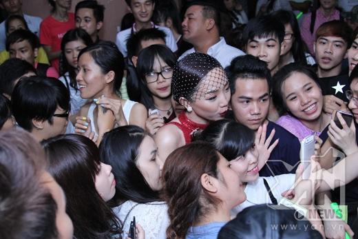 Tóc Tiên nghẹt thở trong vòng vây fans - Tin sao Viet - Tin tuc sao Viet - Scandal sao Viet - Tin tuc cua Sao - Tin cua Sao