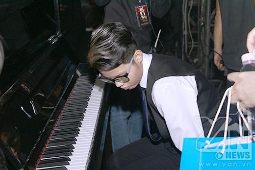 Cát Tường ôn lại với đán piano cho bài hát mà mình biểu diễn. - Tin sao Viet - Tin tuc sao Viet - Scandal sao Viet - Tin tuc cua Sao - Tin cua Sao