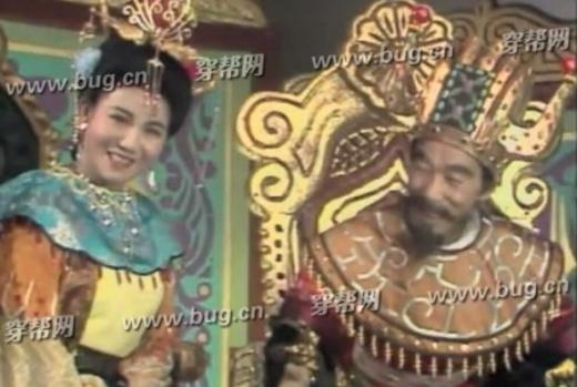 Xà Trì Vương hậu ngồi bên trái Hoàng đế.