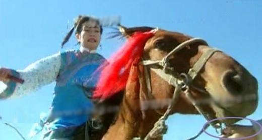 Cảnh cưỡi ngựa của Tiểu Yến Tử có thể thấy rõ bàn tay giữ dây cương