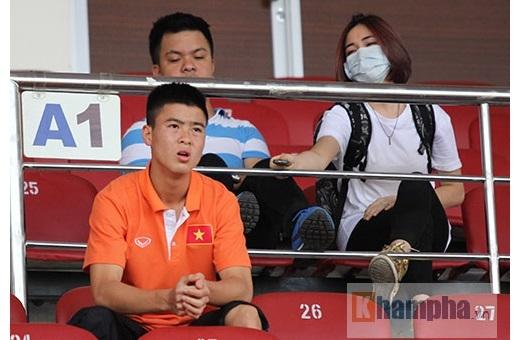 Trận đấu giữa U23 Việt Nam và U23 Uzbekistan diễn ra lúc 17h chiều 14/3 nhưng Hoà Minzy có mặt trên khán đài A sân Thống Nhất từ lúc 15h30 để chờ theo dõi màn trình diễn của thầy trò HLV Miura