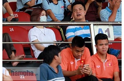 """Cô ca sĩ trẻ được cho là """"bạn gái tin đồn"""" của Công Phượng ngồi trò chuyện cùng một số cầu thủ HAGL trong đội hình U23 Việt Nam nhưng không thi đấu ở trận gặp U23 Uzbekistan như Văn Tiến, Thanh Tùng…"""