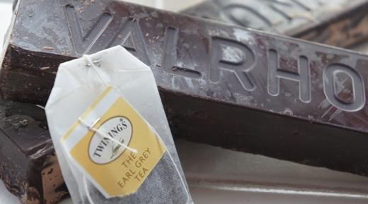 Hãy dùng túi trà Earl Grey để làm dịu những vết cháy nắng. Tinh chất thảo dược trong trà sẽ làm dịu làn da bạn một cách đáng kể.