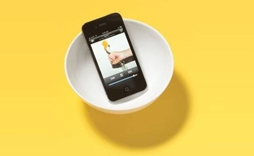 Bạn có thể biến điện thoại của mình thành loa nghe nhạc bằng cách để điện thoại vào trong một chiếc chén nhỏ.