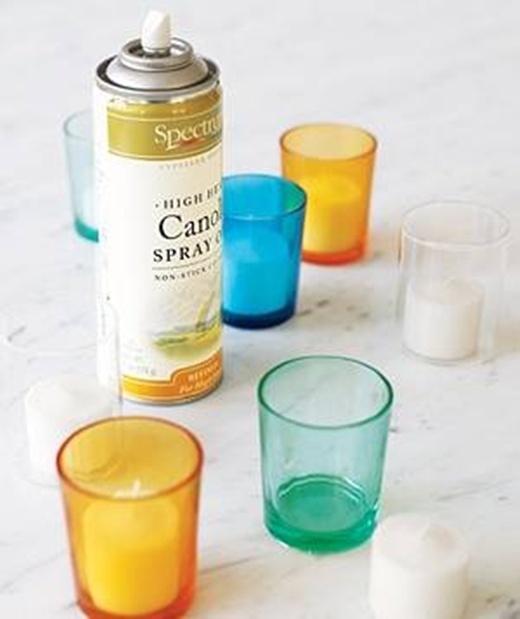 Xịt dung dịch chống dính vào trong chiếc ly nhỏ đựng nến để dễ dàng tháo nến ra sau khi đã dùng xong.