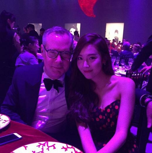 Jessica khoe hình đi dự sự kiện và chia sẻ trên Instagram: Thật tốt khi tôi có thể gặp gỡ những người tuyệt vời như thế này.