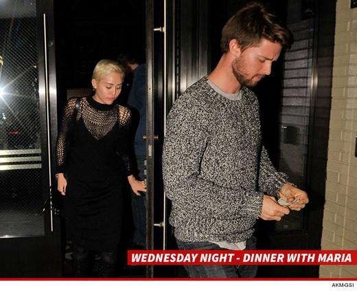 Miley diện trang phục kín đáo khi ăn tối với gia đình Patrick