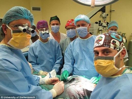 Lần đầu tiên trên thế giới, các bác sĩ ở Nam Phi đã thực hiện ca phẫu thuật ghép dương vật thành công. Ảnh: Daily Mail.
