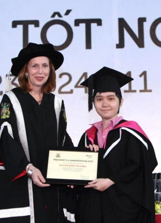 Hải Đăng (phải) tốt nghiệp bằng Giỏi ngành Truyền thông tại ĐH Quốc tế RMIT.