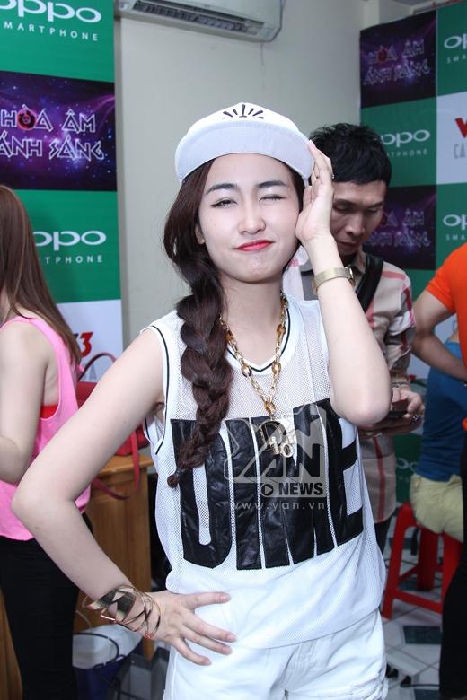 Diện chiếc quần short ngắn cá tính, Trang Moon khoe vẻ năng động, trẻ trung cùng nụ cười rạng rỡ. - Tin sao Viet - Tin tuc sao Viet - Scandal sao Viet - Tin tuc cua Sao - Tin cua Sao