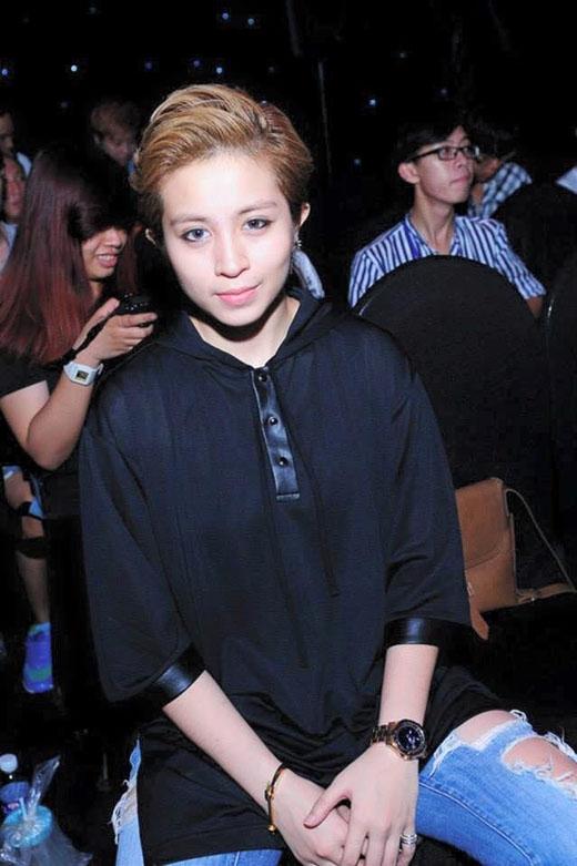 Sự xuất hiện của Gil dưới hàng ghế khán giả, âm thầm theo dõi và ủng hộ cô bạn thân của mình là hình ảnh quen thuộc tại cuộc thi mà Chi Pu tham gia.