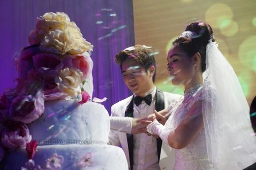 Cặp đôi thực hiện nghi lễ trao nhẫn và cắt bánh. - Tin sao Viet - Tin tuc sao Viet - Scandal sao Viet - Tin tuc cua Sao - Tin cua Sao