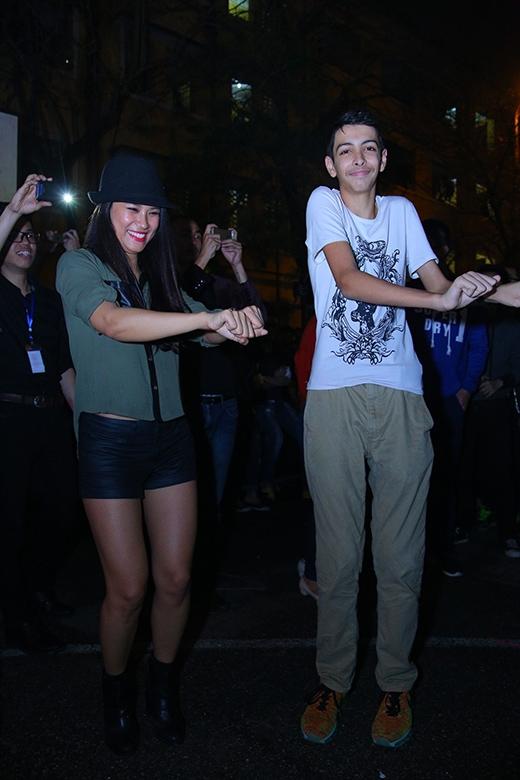 Hoa hậu Biển Vân Anh và em trai Andrea đứng ở dưới cũng nhảy theo, cổ vũ cho cô. - Tin sao Viet - Tin tuc sao Viet - Scandal sao Viet - Tin tuc cua Sao - Tin cua Sao